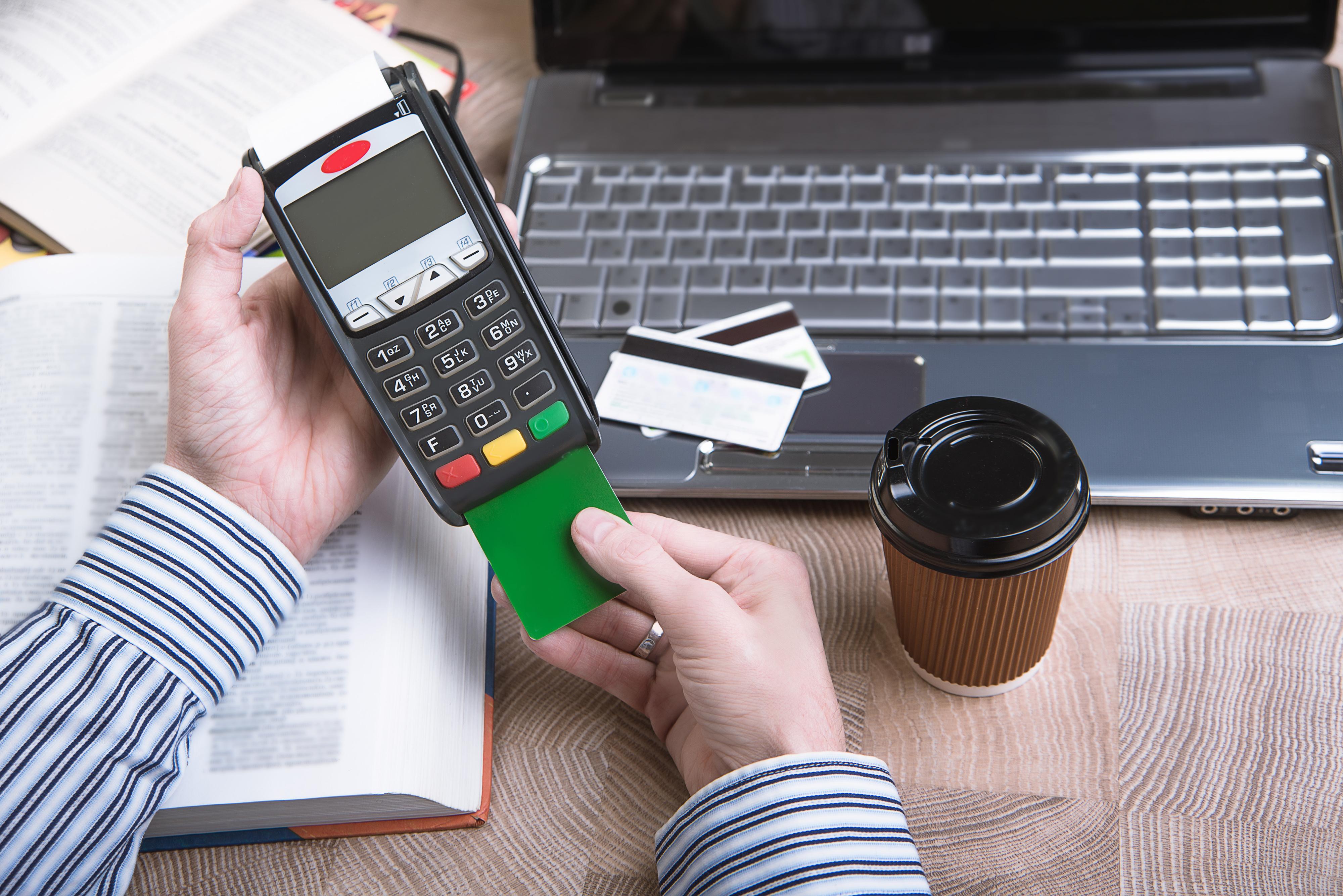 Uso de cartões cresce 13,6% no 1º semestre, aponta associação